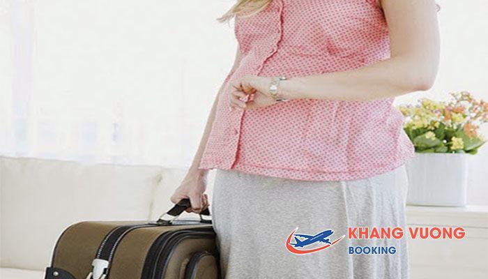 Chỉ nên mang những vật dụng cần thiết khi bà bầu đi máy bay