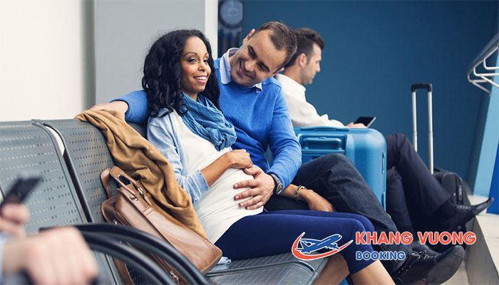 Bà bầu nên đi cùng người nhà khi đi máy bay