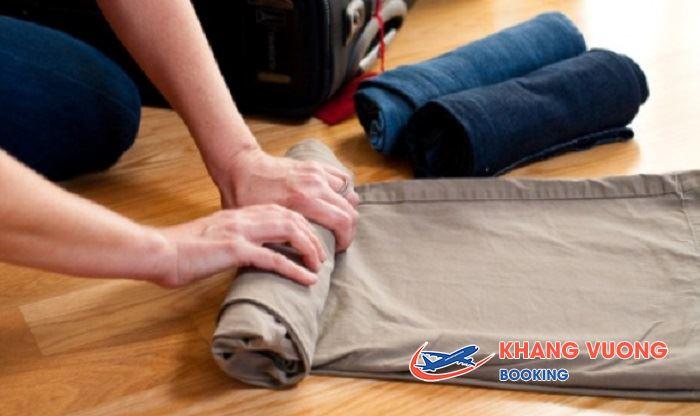 Cuộn tròn quần áo tạo diên tích trong vali
