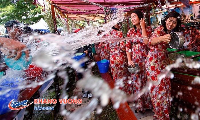 Hoạt động té nước trong Lễ hội Thingyan