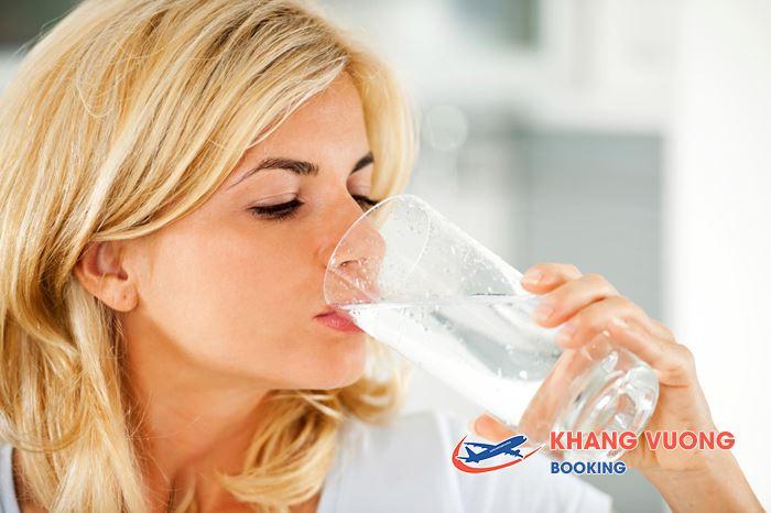 Nên uống thật nhiều nước trên máy bay